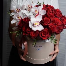 Орхидеи и розы в шляпной коробке