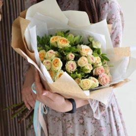 Букет кремовых кустовых роз в оформлении