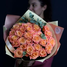 29 роз Мисс Пигги с эвкалиптом