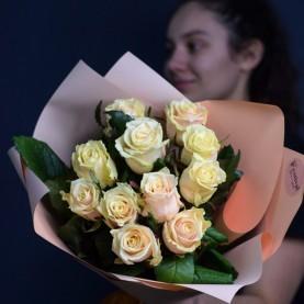 11 кремовых роз в оформлении