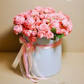 Кустовая роза в шляпной коробке