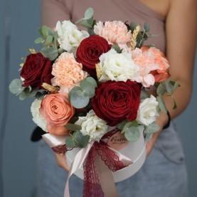 Композиция в шляпной коробке  с розами Кахала