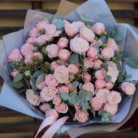 Букет пионовидных роз с эвкалиптом