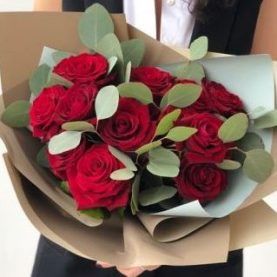 11 бордовых роз с ароматным эвкалиптом