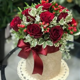Яркая коробочка с красными розами