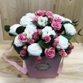 Композиция с ранункулюсом и кустовой розой Лидия