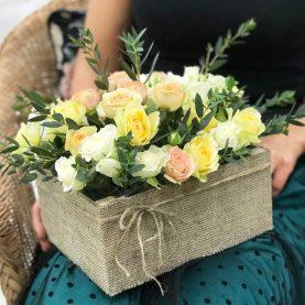 Кустовые розы в деревянном ящичке