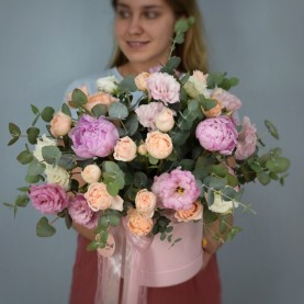 Большая коробка с пионами и розами