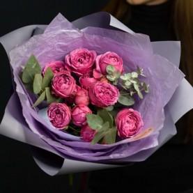 Букет пионовидных роз и эвкалипта