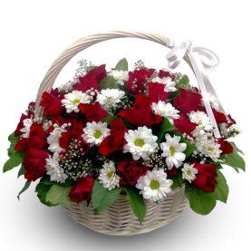 Большая корзина роз и хризантем