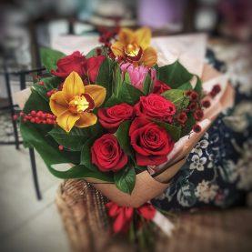 Экзотический букет с орхидеями и протеей