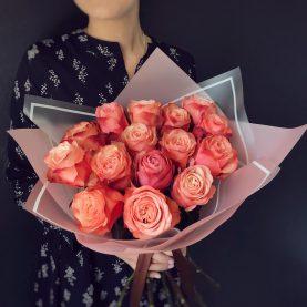 15 крупных роз в оформлении