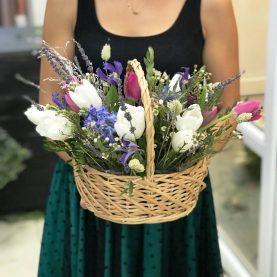 Весенняя корзина с тюльпанами и сухоцветами