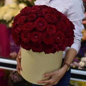 51 крупных роз в шляпной коробке