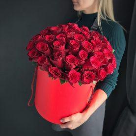 35 крупных роз в коробке