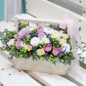 Композиция с хлопком и розовыми розами в ящике