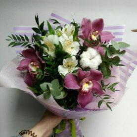 Букет из орхидеи и хлопка