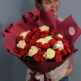 Букет бордовых и белых роз