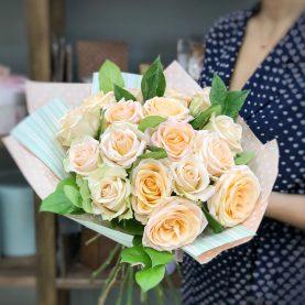 Букет из 17 крупных кремовых  роз в оформлении