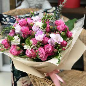 Букет с фрезией и пионовидными розами