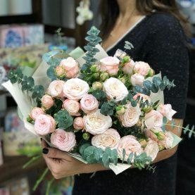 Нежные пионовидные розы с эвкалиптом