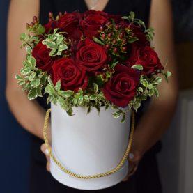 Яркая коробка с красными розами