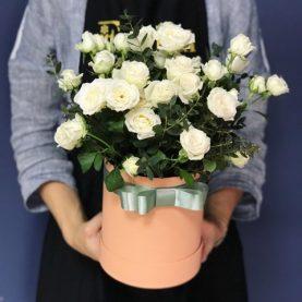 Белые кустовые розы в шляпной коробке