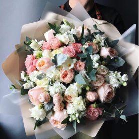 Букет с пионовидными розами в нежных тонах