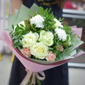Букет с белыми розами и диантусами