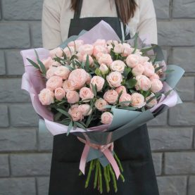 Нежный букет пионовидных роз с эвкалиптом