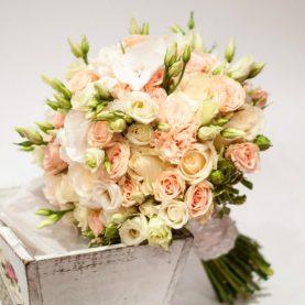 Кремовой свадебный букет