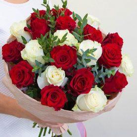 Букет из 19 красных и белых роз с эвкалиптом