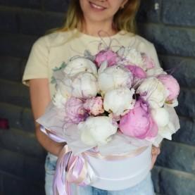 19 белых и розовых пионов в шляпной коробке