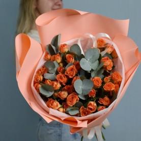 Букет  кустовых роз в оформлении