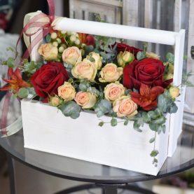 Композиция в кашпо с розами