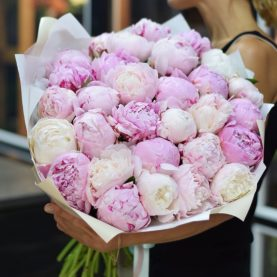 Большой букет розовых ароматных пионов