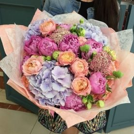Букет с гортензией и пионовидными розами