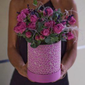 Пионовидные розы с лавандой в шляпной коробке