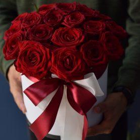 17 крупных роз в шляпной коробке