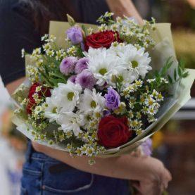 Букет с ромашками и розами
