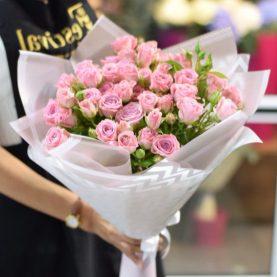 Букет розовых кустовых роз с зеленью