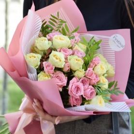 Букет розовой и лимонной кустовой розы