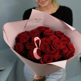 Большой букет из 21 красной розы в стильном оформлении