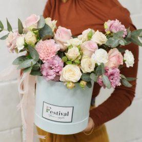 Большая коробка с розами и эустомой