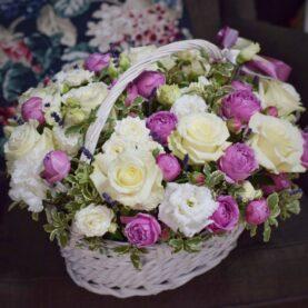 Большая корзина с белыми розами