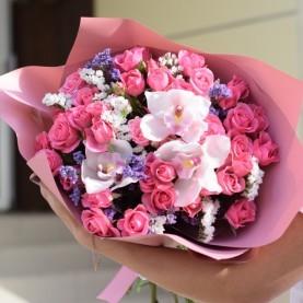 Букет с орхидеями и кустовыми розами