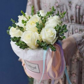 Крупные Белые Розы в шляпной коробке
