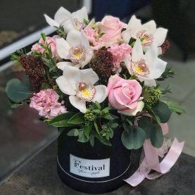 Композиция с орхидеями в шляпной Коробке
