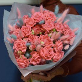 Букет кустовых розочек с сухоцветами
