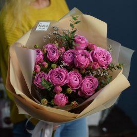 Букет пионовидных роз с эвкалиптом и лимониумом